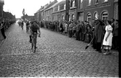 Wielerwedstrijd: Van Eeckhoutte wint in Moorslede, 1957