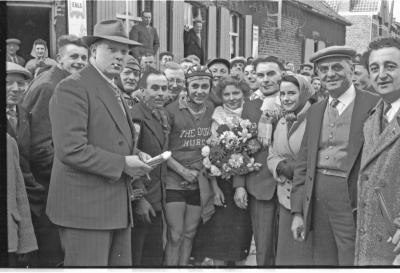 Wielerwedstrijd: Raf Vandenbulcke krijgt bloemen, Ledegem, 1957