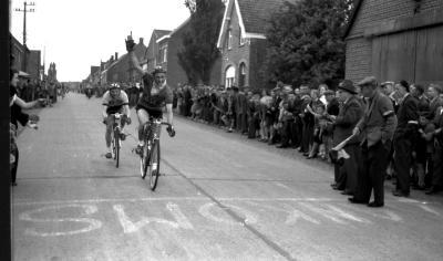 Wielerwedstrijd: Apers wint in Passendale-Moorslede, 1957
