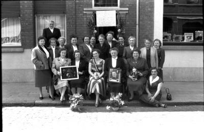 Kampioenviering vrouwelijke manillers: groepsfoto, Izegem 1957