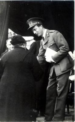 Koning Leopold III groet een Roeselaarse moeder, 1937.