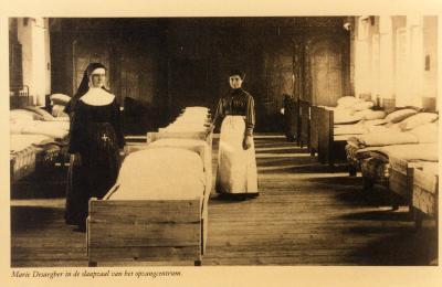 Marie Desaegher met een Zuster in een slaapzaal