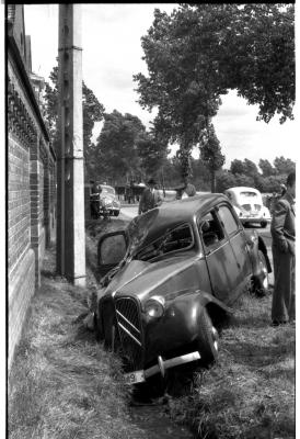 Auto in gracht, Izegem 1957