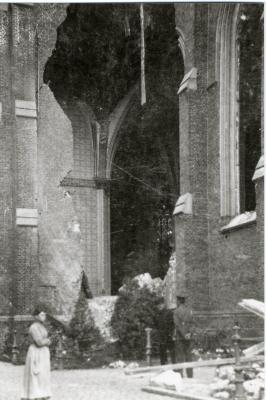 Granaatinslag in de Izegemse Sint-Hiloniuskerk