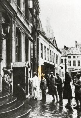 Wachthokje aan het stadhuis Roeselare wordt overschilderd
