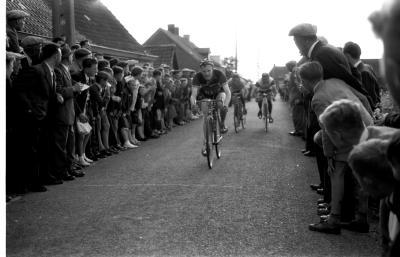 Wielerwedstrijd: Demeester wint de spurt op de Winkelhoek, Izegem 1957