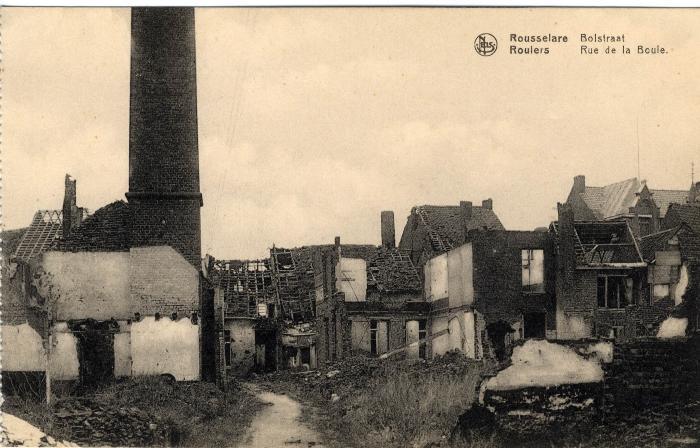 Achterzijde van vernielde huizen