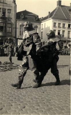 Oefening Passieve Luchtbescherming, wegdragen gewonde, 1938