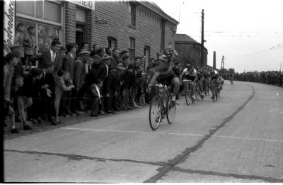 Wielerwedstrijd: Ju. Synaeve wint spurt aan Bosmolens, Sabbe wordt 2de, Izegem 19 juli 1957