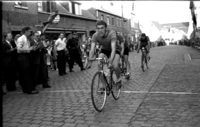 Wielerwedstrijd: Brulez, Schore en Vandaele sprinten voor de eer, Roeselare 03-08-1957