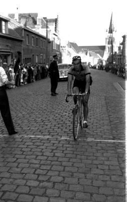 Wielerwedstrijd: de 2de rijdt over de meet, Roeselare 03-08-1957