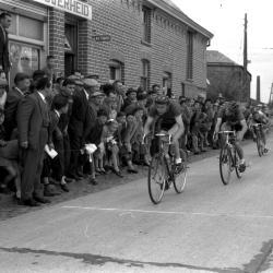 Wielerwedstrijd: Vandereheeren wint aan Bosmolens, Izegem 1957