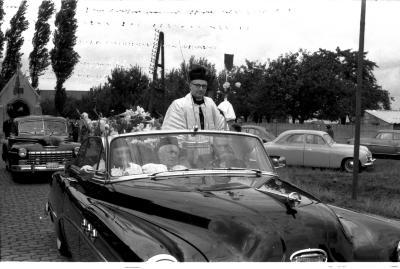 Inhuldiging van pastoor: de pastoor in een open auto, Izegem