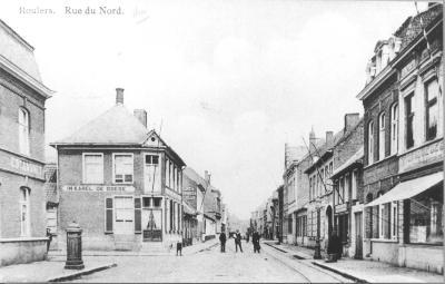 Enkele mannen en een kind op straat ter hoogte van de herberg In Karel de Goede