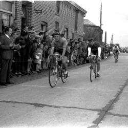 Wielerwedstrijd: Roland Deceuninck wint spurt van achtervolgers, Bultinck is 2de, Bosmolens Izegem 1957
