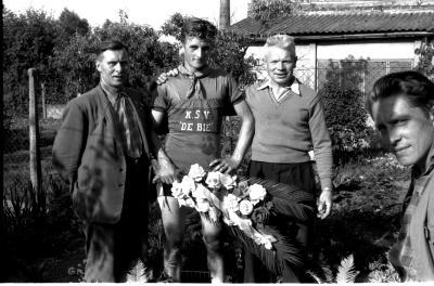 Wielerwedstrijd: Apers poseert met vader en verzorger, Ardooie 1957