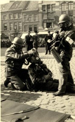 Oefening Passieve Luchtbescherming, gewonde krijgt masker, 1938