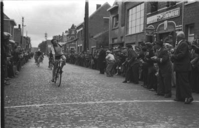 Wielerwedstrijd: Lingier wint spurt aan café 'De Nieuwe Wereld', Izegem 1957