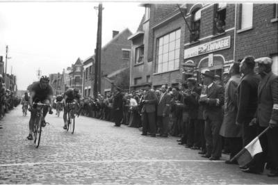 Wielerwedstrijd: Seynaeve wint spurt 2de groep aan café 'De Nieuwe Wereld', Izegem 1957