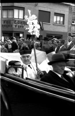 Inhuldiging pastoor: de pastoor in open wagen, Izegem 1957