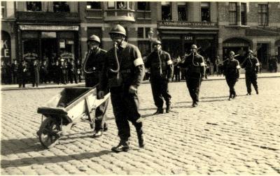 Oefening Passieve Luchtbescherming, soldaten met kruiwagen, 1938