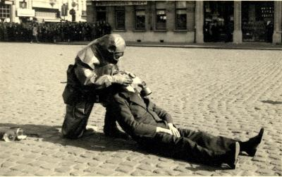 Oefening Passieve Luchtbescherming, gewonde krijgt gasmasker, 1938