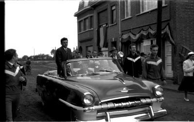 Kampioenviering Allewaert: de kampioen wordt in open auto rondgereden, Izegem 1957