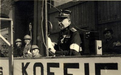 Oefening Passieve Luchtbescherming, man aan de micro, 1938