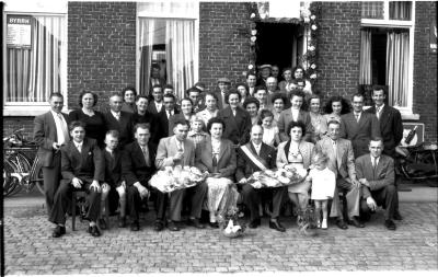Groepsfoto ter gelegenheid van kampioenviering vinkenzetting: G. Lioen is kampioen, Izegem 1957