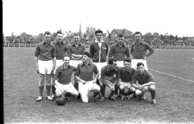 Spelers van SV Waregem poseren op veld, Izegem 1957