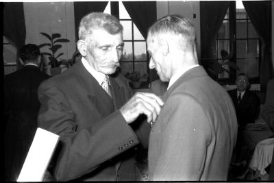 Huldiging gedecoreerden Unions: burgemeester speldt het ereteken op bij Victor Porteman, Izegem 1957
