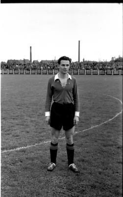 Voetbalspeler M. Beerlandt poseert op het veld, Izegem 1957