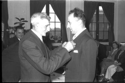 Huldiging gedecoreerden Unions: burgemeester speldt het ereteken op bij Jos Laridon, Izegem 1957