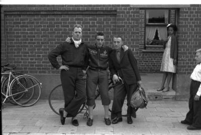 Wielrenner Noppe poseert met 2 supporters, Izegem 1957
