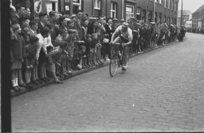 Wielerwedstrijd: M. Heernaert wint in Kortrijksestraat, Izegem 1957