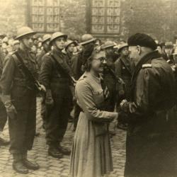 Simonne Brugghe vereremerkt, 1944