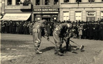 Oefening Passieve Luchtbescherming, ontsmetten met borstels, 1938