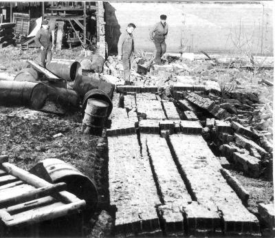 Arbeiders bij puin na overstroming, 1964-1965