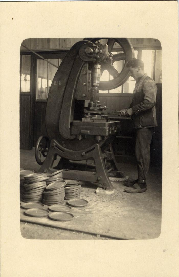 Arbeider aan het werk in de fabriek Sabbe & Steenbrugge (SAST)