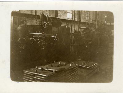 Arbeiders aan het werk in de fabriek Sabbe & Steenbrugge (SAST)