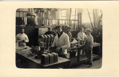 Arbeiders aan het werk in de fabriek Sabbe & Steenbrugge