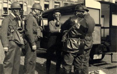 Oefening Passieve Luchtbescherming, groep met gasmaskers, 1938