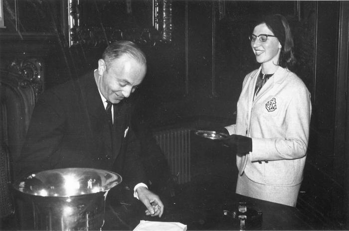 Cecile Rapol ontvangt stadsschaal voor A.V.R., 1964