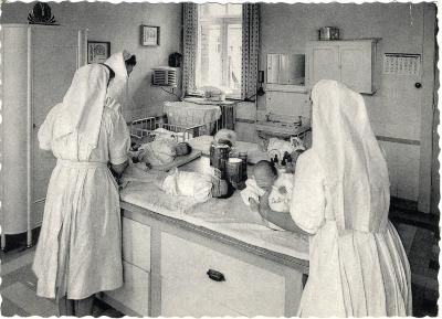 Zusters aan het werk in het moederhuis