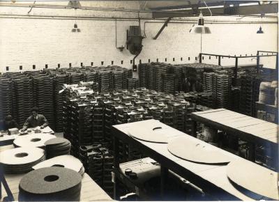 Arbeiders aan het werk in de fabriek van Sabbe & Steenbrugge (SAST)