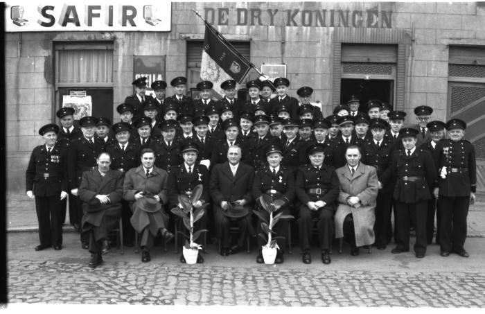 """Lendeleedse brandweer poseert voor café """"De dry koningen"""", Lendelede, 1959"""