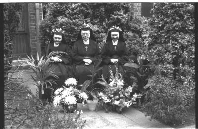 Jubileumviering kloosterzusters: jubilarissen poseren met moeder overste, Izegem 1957