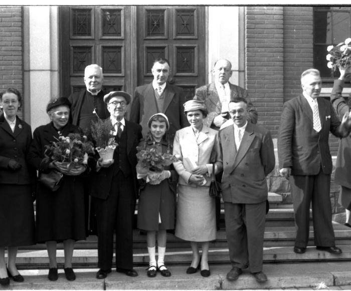 Jubilarissen op stoep voor gemeentehuis, Emelgem 1957