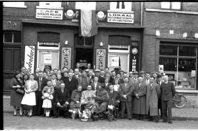 Café 'Burgerswelzijn, bij Conrard Himpe': groepsfoto, Izegem 1957