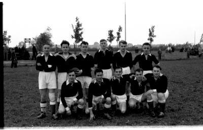 Groepsfoto voetbalploeg Sk Dekimpe, Izegem 1957
